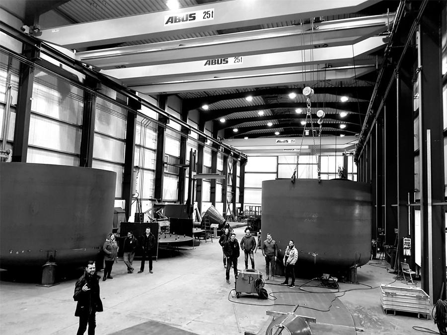 """Metall meets Metal: In dieser Schapener Halle der Firma Behälter- und Apparatebau Jasper veranstalten die Full-Metal-Friends ihr """"Mosh N May Festival""""."""