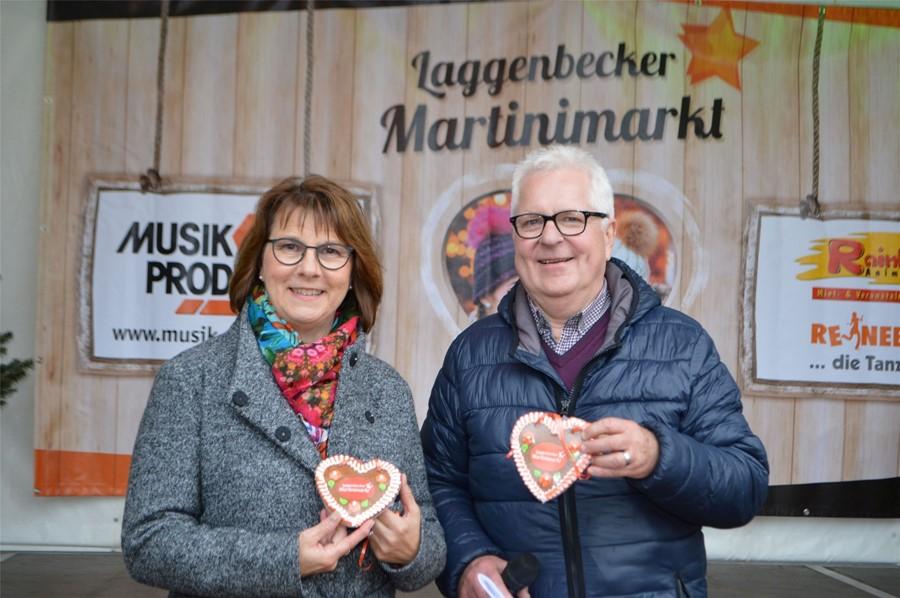 Die stellvertretende Bürgermeisterin Angelika Wedderhoff und Ulrich Hadasch, Vorsitzender der Werbegemeinschaft, eröffneten den Laggenbecker Martinimarkt.