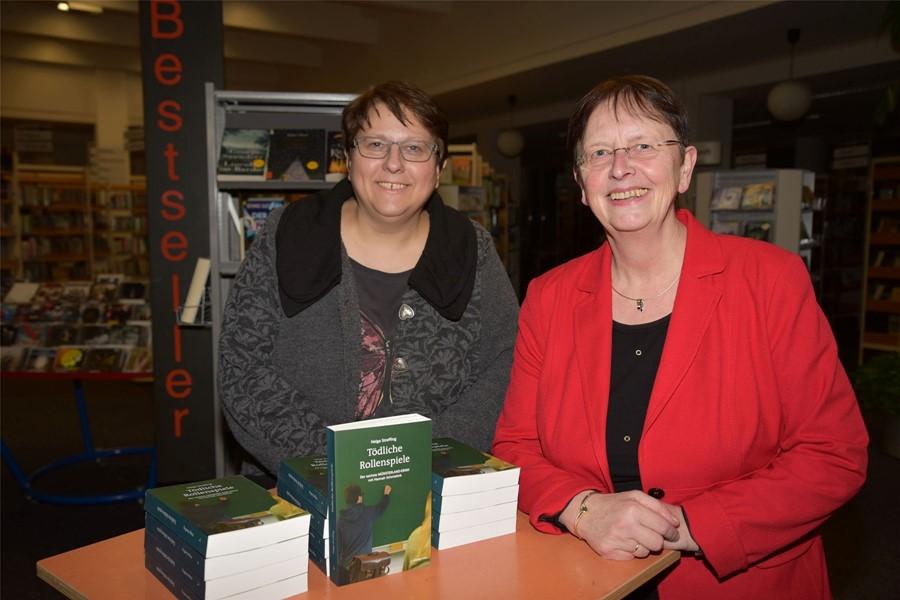 Zu einer spannenden Krimilesung hatte Dagmar Schnittker die Autorin Helga Streffing (v.l.) in die Stadtbücherei Ibbenbüren eingeladen.