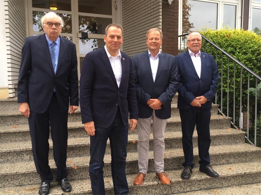 Jürgen Bernroth (2. v.l.), Leiter der Janusz-Korczak-Schule, wird der gemeinsame Bürgermeisterkandidat von CDU, UWG IFI und FDP für die nächste Bürgermeisterwahl 2020. Von links: Hans-Peter Scheuer (UWG IFI), BM-Kandidat Jürgen Bernroth, Christian Moll (CDU) und Rainer Fischer (FDP).