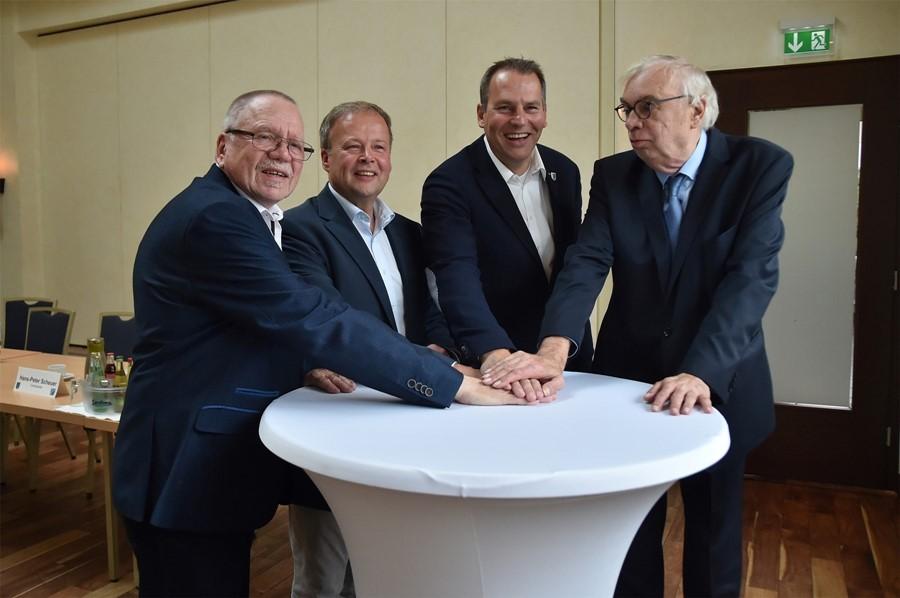 Bürgermeisterkandidat Jürgen Bernroth (3. v. l.) mit den Ortsvereinsvorsitzenden der ihn unterstützenden Parteien (v. l.) Rainer Fischer (FDP), Christian Moll (CDU) und Hans-Peter Scheuer (UWG-IfI).